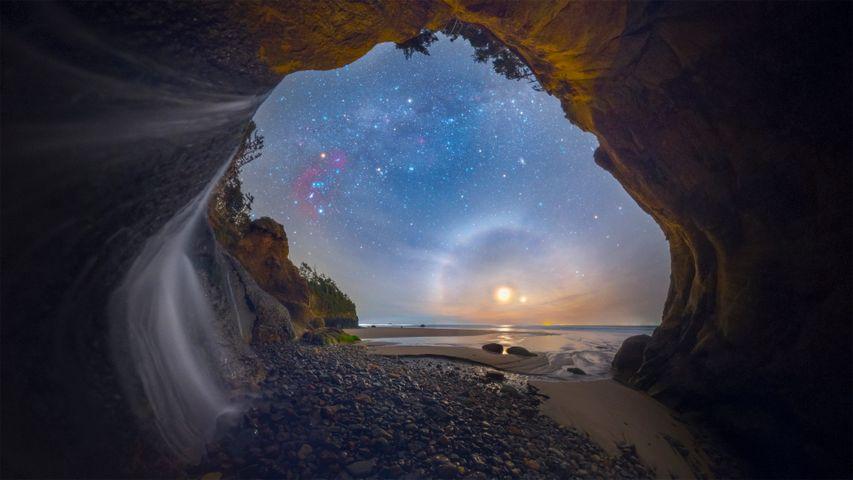 「ハグポイントフォールの月暈」米国, オレゴン州