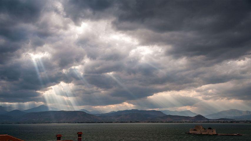 「天使の梯子」ギリシャ, サロニコス湾