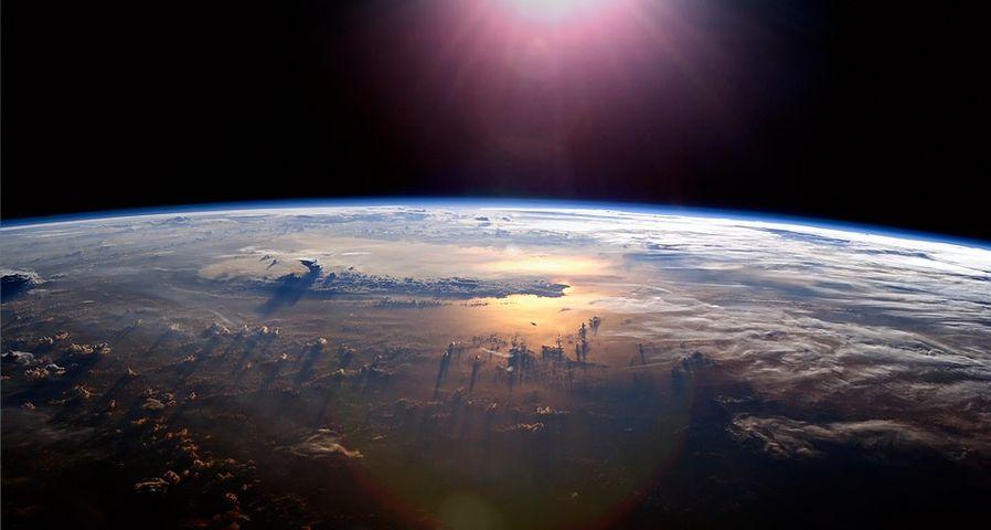 「宇宙から見た太平洋の日没」国際宇宙ステーション