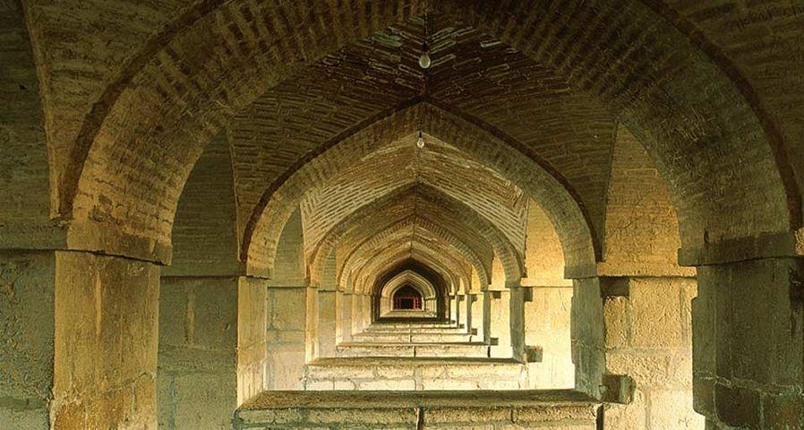 「ハージュ橋の橋げた」イラン, エスファハーン