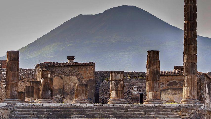 「ジュピター神殿とヴェスヴィオ山」イタリア, ポンペイ