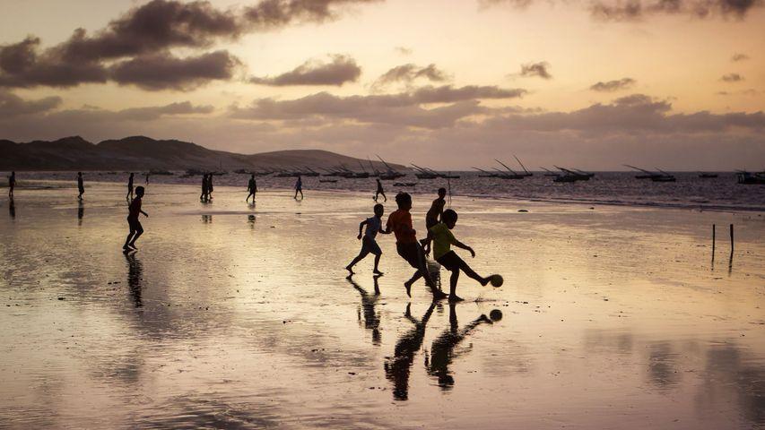 「サッカーに興じる少年たち」ブラジル, セアラー州