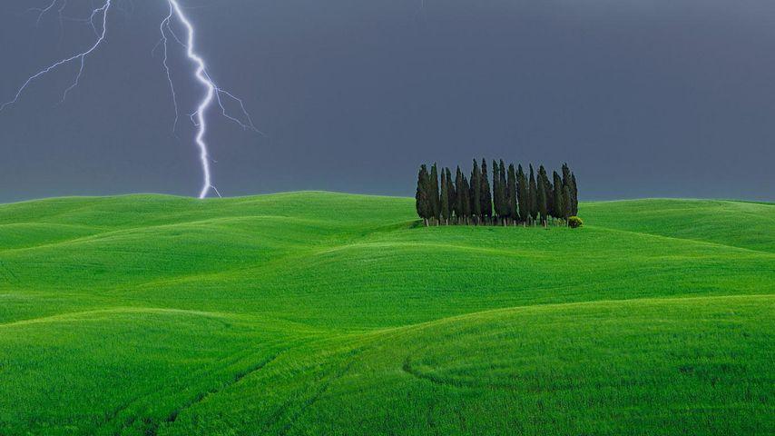 「オルチャ渓谷の遠雷」イタリア, トスカーナ