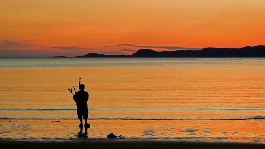 「浜辺のバグパイプ奏者」イギリス, スコットランド