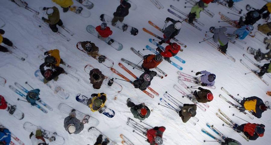 「リフトに並ぶスキーヤーとスノーボーダー」アメリカ, オレゴン州, フッド山