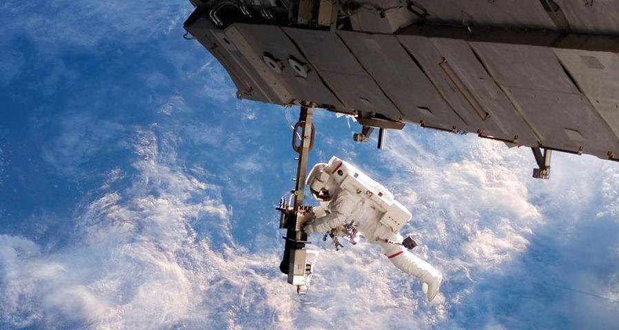 「船外活動を行う宇宙飛行士」国際宇宙ステーション