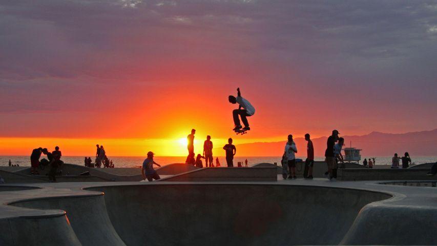 「夕日とスケートボーダー」米国カリフォルニア, ベニスビーチ