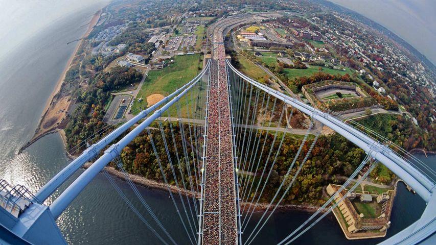 「ヴェラザノ=ナローズ・ブリッジを走るランナーたち」米国ニューヨーク州, ニューヨーク市