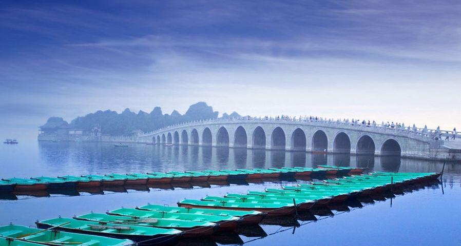 「昆明湖にかかる十七孔橋」中国, 北京