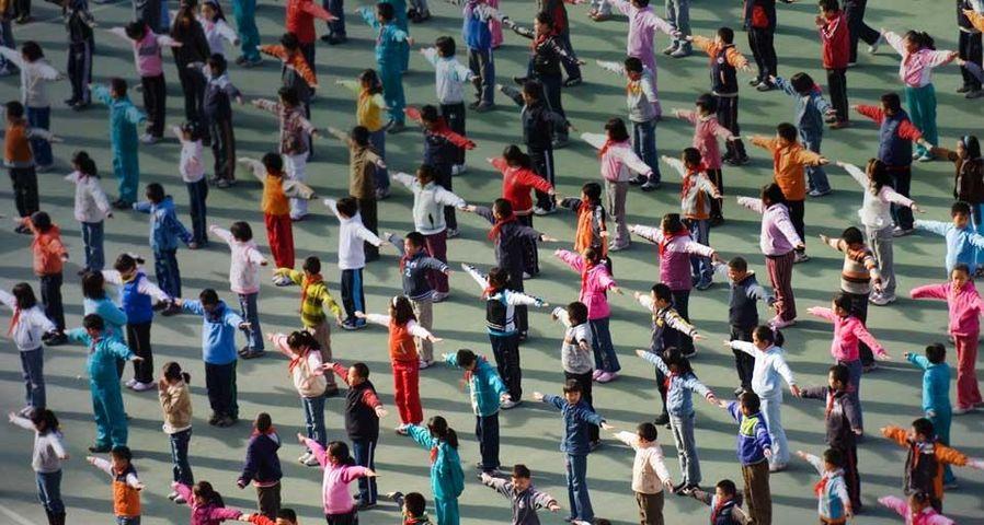 「体操をする子供たち」中国, 北京