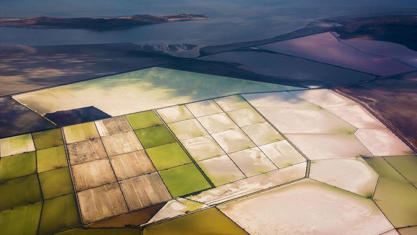 「グレートソルト湖の塩田」米国ユタ州