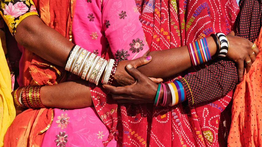 「サリー姿の女性たち」インド