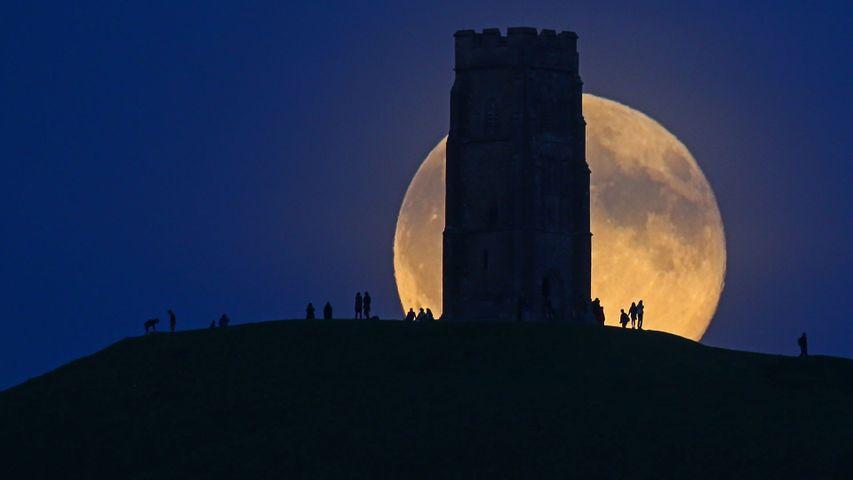 「グラストンベリー・トーと満月」イギリス, サマセット