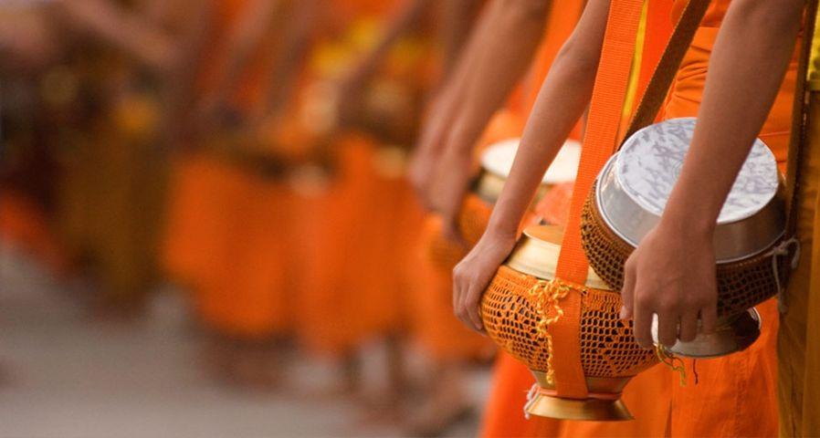 「托鉢僧の列」ラオス