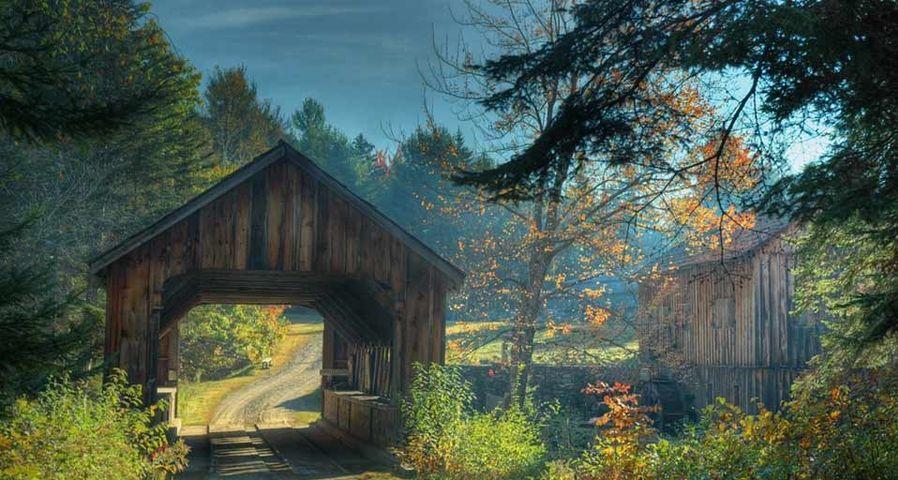 「ブラッドリーの屋根付橋」アメリカ, メイン州