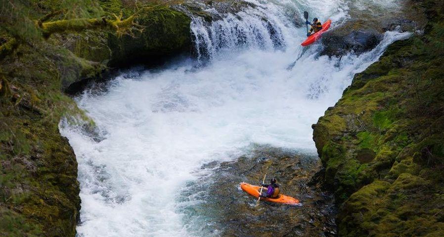 「イーグル・クリークのカヤック」アメリカ, オレゴン州
