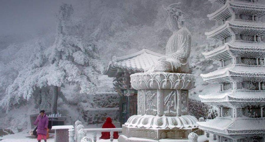「雪をかぶった山寺」韓国,  江原道南部