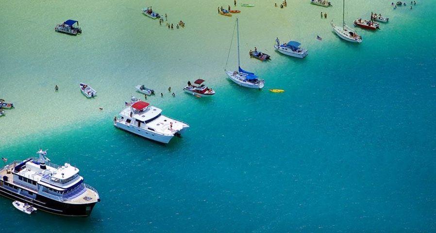 「砂州にたゆたうボート」アメリカ, ハワイ, オアフ島, カネオヘ湾