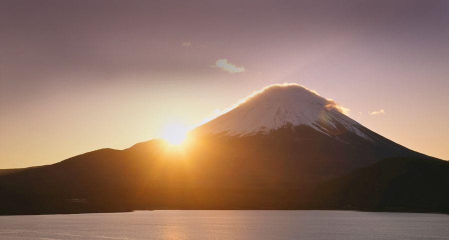 「本栖湖から見る富士山の初日の出」山梨, 身延町