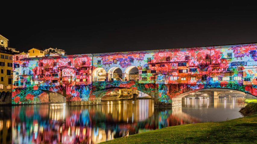 「ライトアップされたヴェッキオ橋」イタリア, フィレンツェ