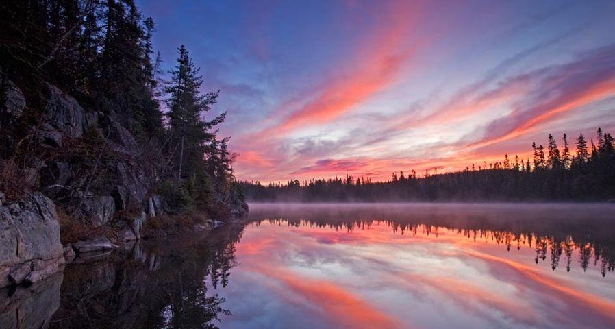 「湖の夕暮れ」カナダ, オンタリオ, ワワ近郊