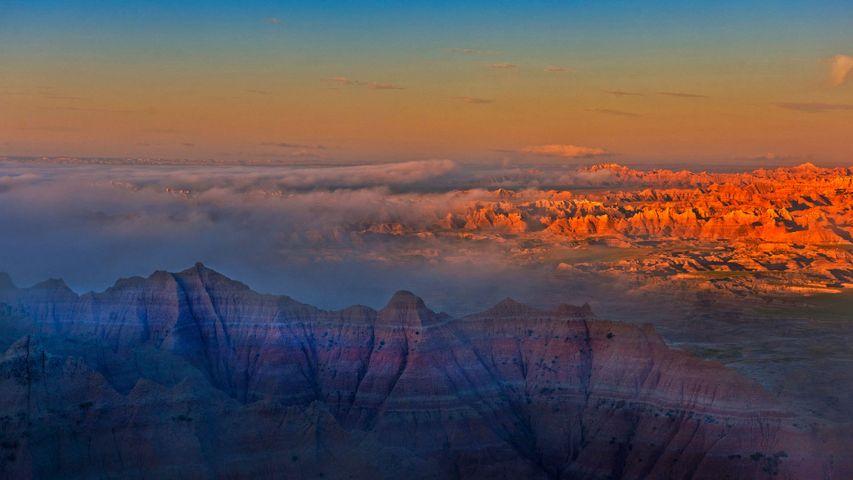 「バッドランズ国立公園の夕暮れ」米国サウスダコタ州