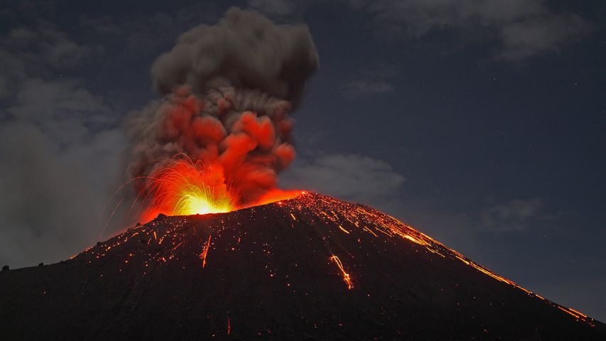 「アナク・クラカタウ島の噴火」インドネシア