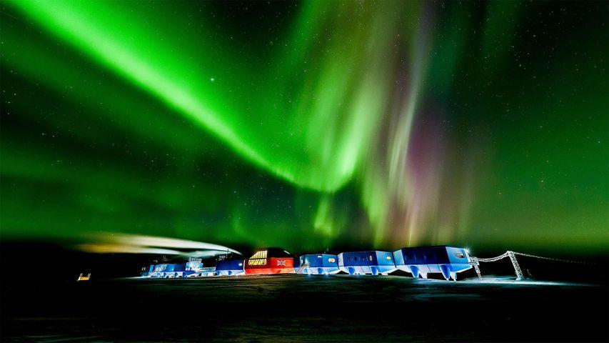 「ハリーVI研究基地とオーロラ」南極