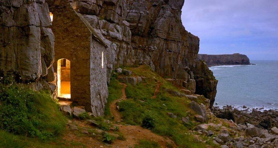「セント・ゴーバンズ教会」イギリス, ウェールズ地方, ダベッド州ペンブルックシャー海岸国立公園