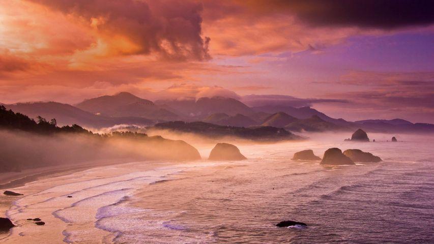 「キャノン・ビーチの夕暮れ」米国オレゴン州