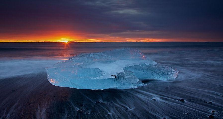 「ヨークルスアゥルロゥン氷河湖の朝日」アイスランド