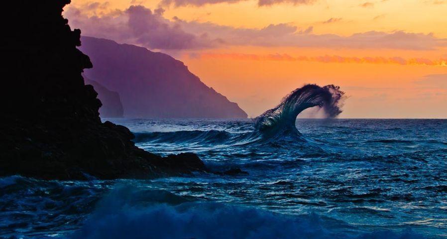 「ケエ・ビーチの波」アメリカ, ハワイ, カウアイ島