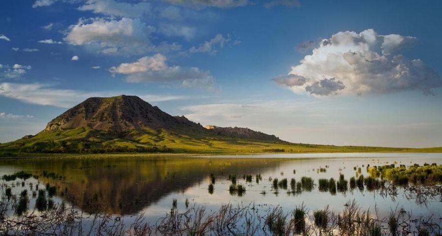 「湖に映えるベア・ビュート」アメリカ, サウスダコタ州