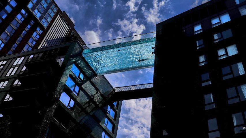 「エンバシーガーデンズの空中プール」英国, ロンドン