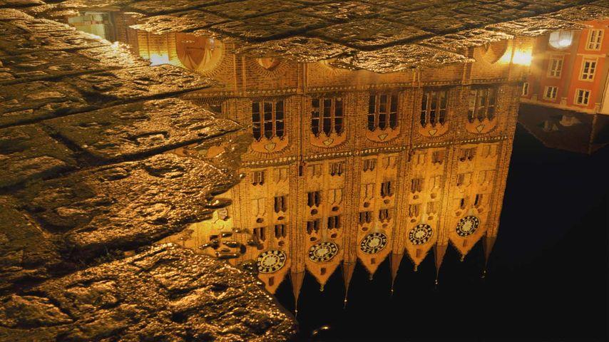 「水に映る市庁舎」ドイツ, シュトラールズント