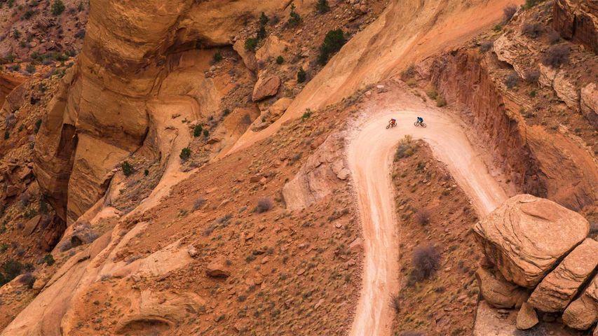 「シェーファー・トレイルを行くマウンテン・バイク」米国ユタ州, キャニオンランズ国立公園