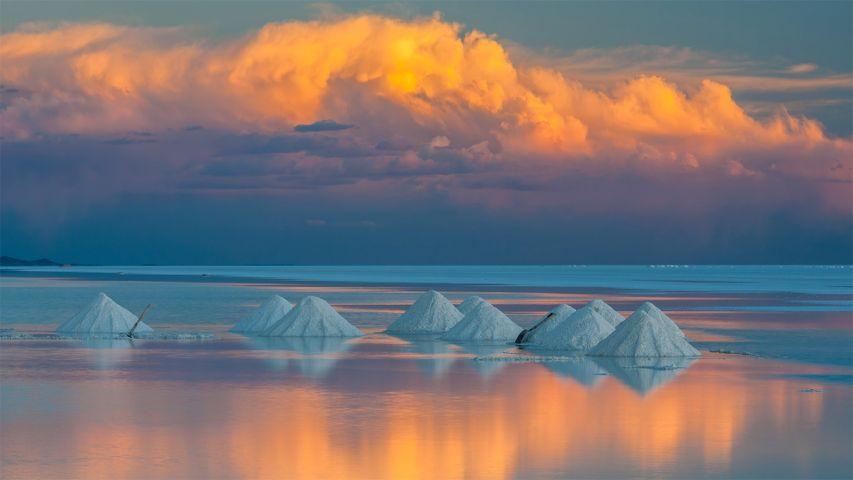 「ウユニ塩原の塩の山」ボリビア