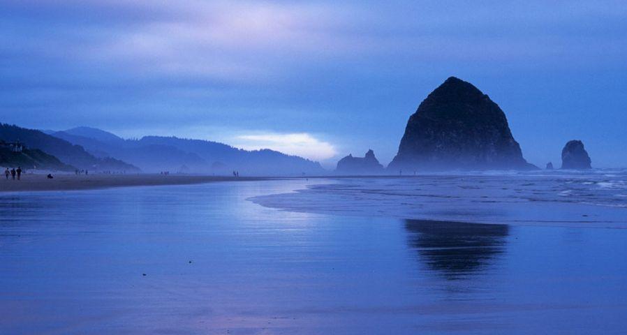 「ヘイスタック・ロック」アメリカ, オレゴン州, キャノン・ビーチ