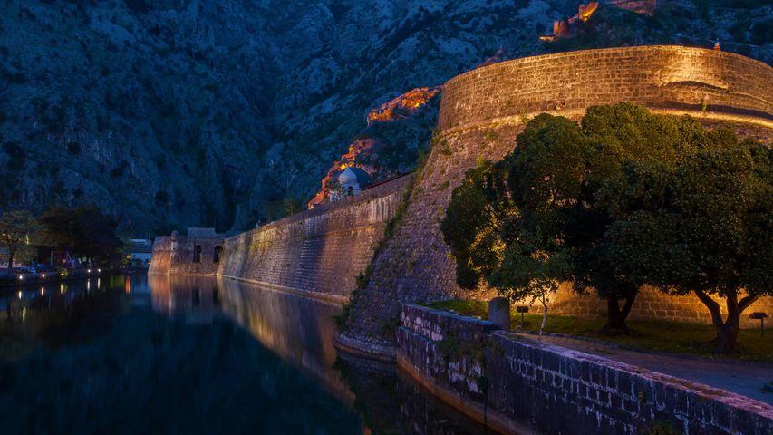 「コトル旧市街の城壁」モンテネグロ