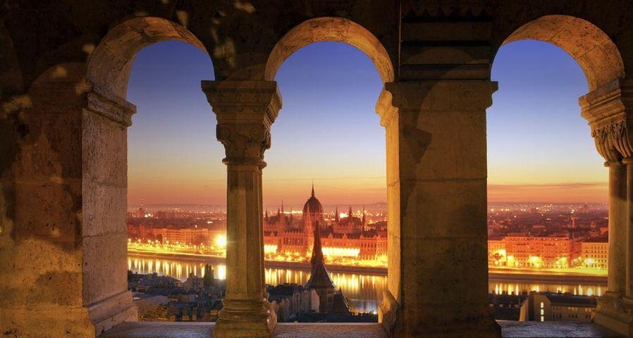 「漁夫の砦と国会議事堂」ハンガリー, ブタペスト