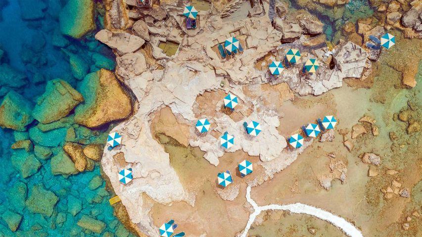 「岩石海岸のパラソル」ギリシャ, ロドス島
