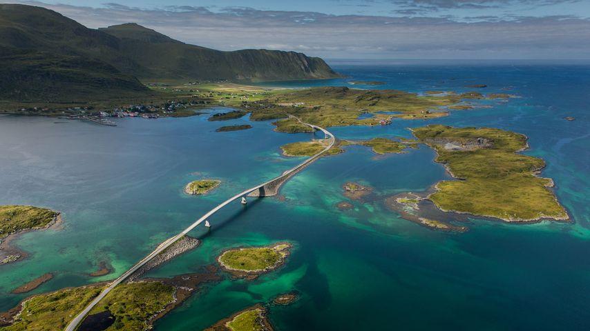 「モスケネス島を渡る橋」ノルウェー, ロフォーテン諸島