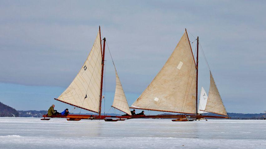 「冬のハドソン川のヨット」米国, ニューヨーク州