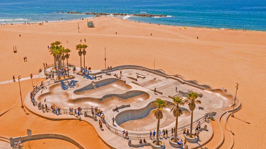「ベニスビーチのスケートボードパーク」米国, ロサンゼルス