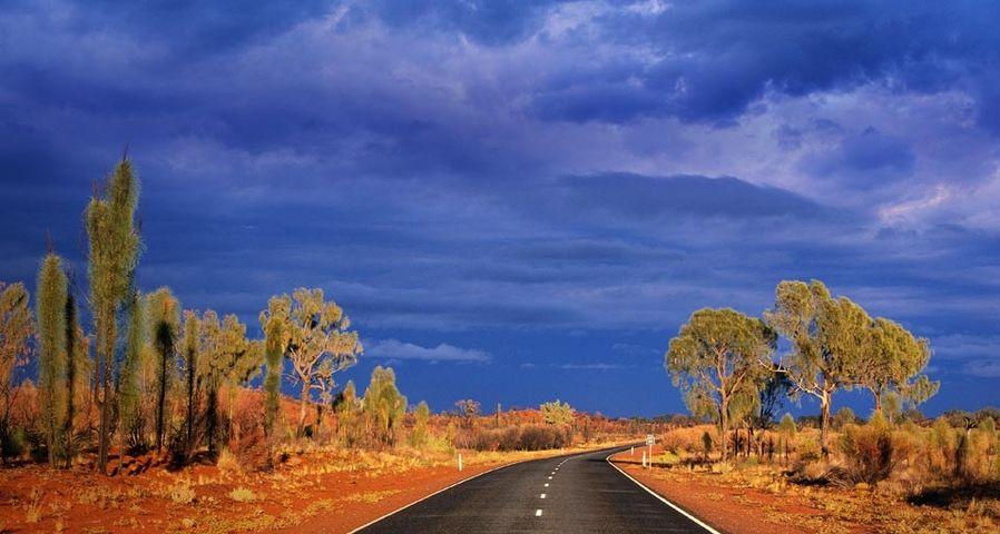 「赤い砂漠を走るラセッター・ハイウェイ」オーストラリア
