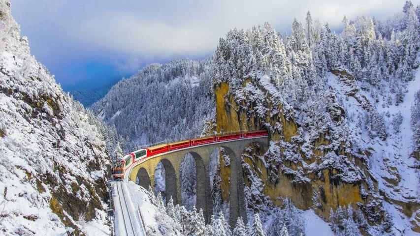 「ランドヴァッサー橋を走るベルニナ急行」スイス, グラウビュンデン州