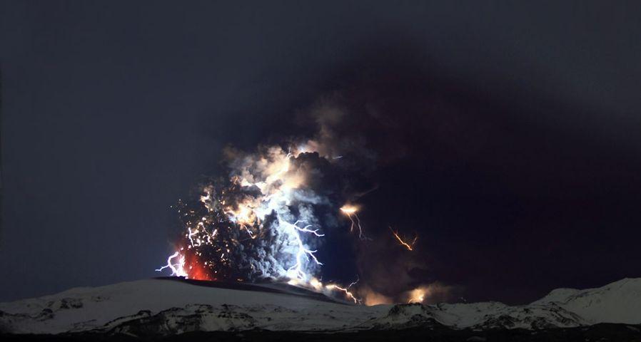 「エイヤフィヤトラヨークトル火山の噴火」 アイスランド