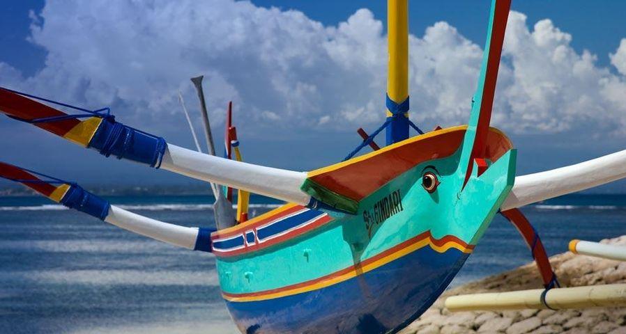 「サンディビーチの漁船」インドネシア, バリ島, デンパサール