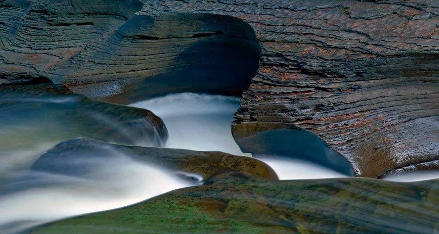 「ポーキュパイン山脈の清流」アメリカ, ミシガン州, オントナゴン郡