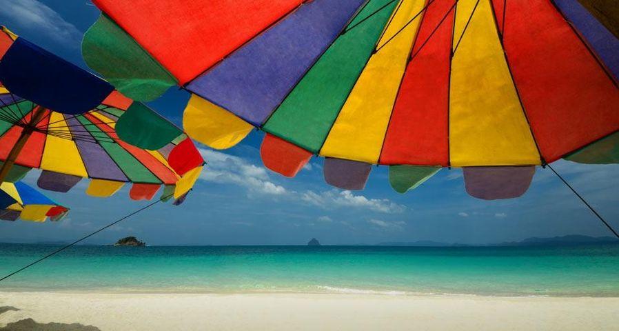 「浜辺のパラソル」タイ南部